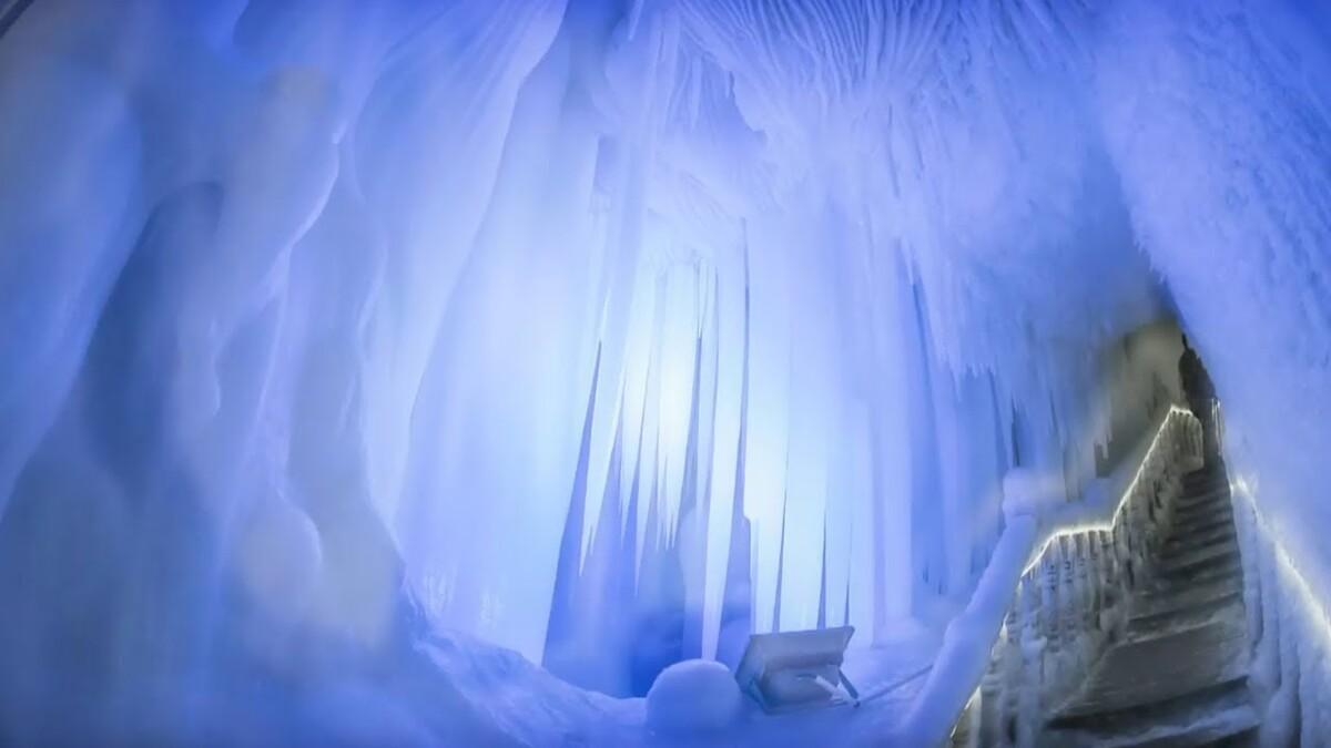 Ningwu là hang động băng lớn nhất được phát hiện ở Trung Quốc, nằm tại núi Luyashan, tỉnh Sơn Tây. Bên trong hang là khung cảnh ấn tượng, được tạo thành từ lớp băng dày, các cột và nhũ đá trắng xóa trải dài từ trần đến sàn. Cảnh tượng này khiến nhiều người liên tưởng tới hang động băng của công chúa Elsa, trong phim hoạt hình nổi tiếng Frozen của Disney.  Hang động được cho là hình thành từ kỷ băng hà, cách đây khoảng 3 triệu năm. Ảnh: Youtube.