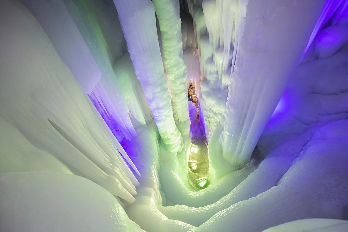 Những cột băng khổng lồ khi nhìn từ trên cao. Ảnh: Zhou Junxiang/Image China.