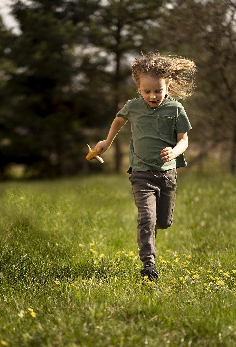 """""""Xanh khắp nơi"""" là tác phẩm được Kate Omely chụp ngay sau khi rời khu cách ly dịch Covid-19 cùng gia đình. """"Con trai tôi rất vui khi chạy, nhảy và chơi dưới ánh mặt trời!"""", cô nói với Agora. """"Cậu bé nhẹ nhàng nhảy qua những bông hoa nhỏ màu vàng trên cỏ để tránh giẫm lên chúng. Với bức ảnh này, tôi muốn thể hiện vẻ đẹp của thế giới xanh xung quanh và niềm hạnh phúc của một tuổi thơ vô tư"""", cô nói thêm."""