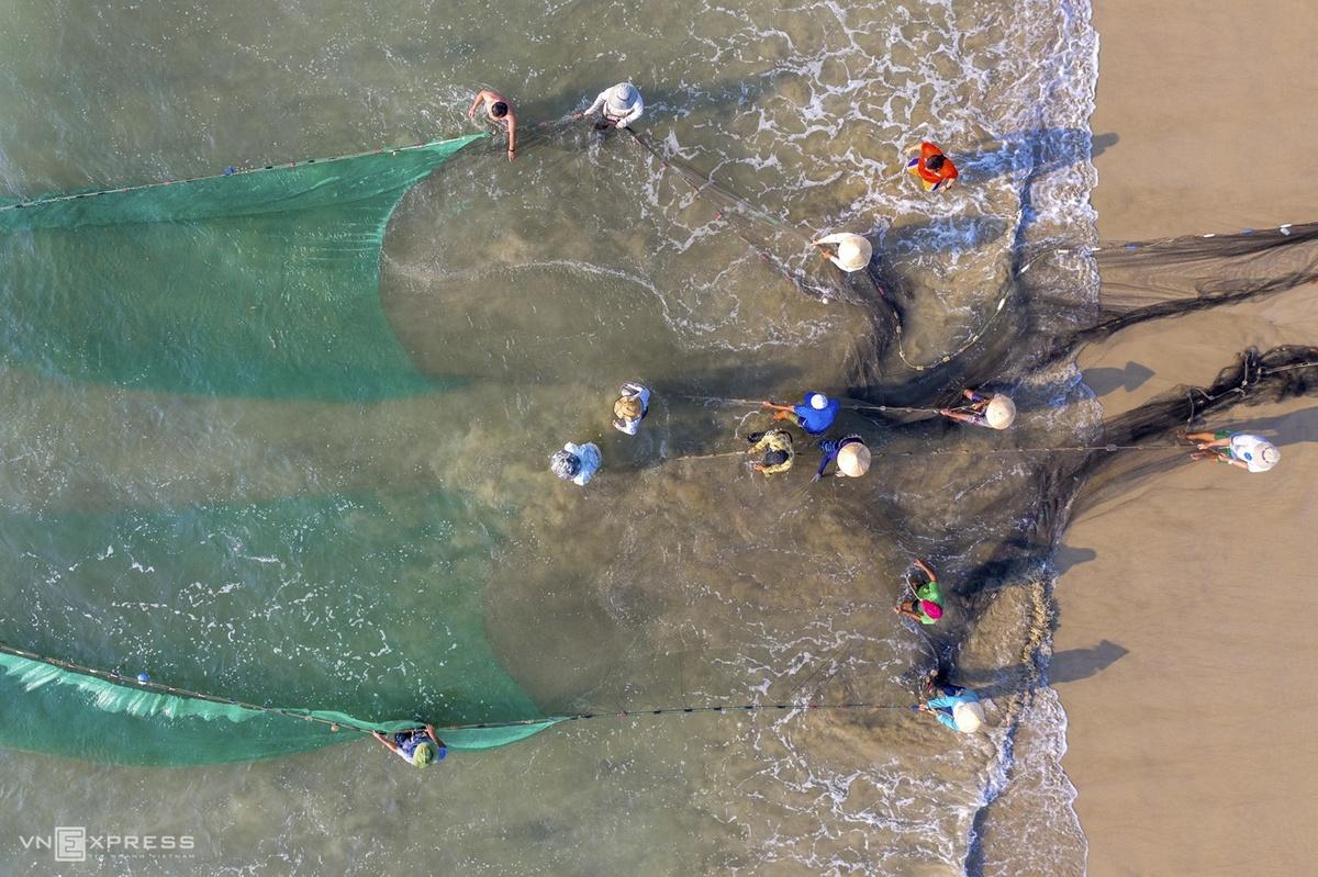 Công việc kéo lưới này được thực hiện vào sáng sớm, nếu mẻ lưới đầu tiên có cá tôm thì ngư dân tiếp tục thả các mẻ lưới tiếp theo.  Mỗi đội kéo lưới rùng khoảng 15 người và đợt kéo lưới gần 2 tiếng, bao gồm việc chèo ghe thúng ra biển thả lưới.