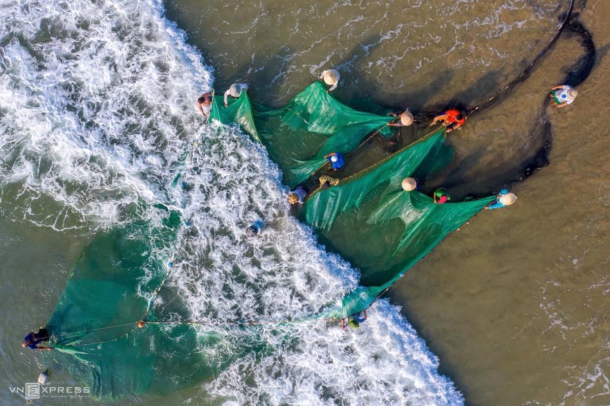 Những ngư dân, chủ yếu là đàn ông căng mình kéo lưới với đôi bàn tay thoăn thoắt và những bước chân chịu lực trên các làn sóng dạt vào bờ.