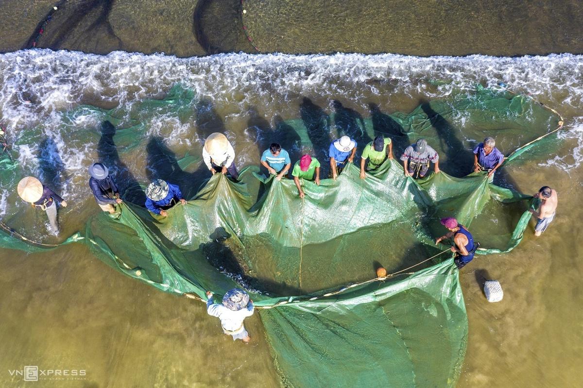 Trong ảnh là khi những tấm lưới rùng được kéo lên bờ và chuẩn bị trút cá, tôm ra sọt.