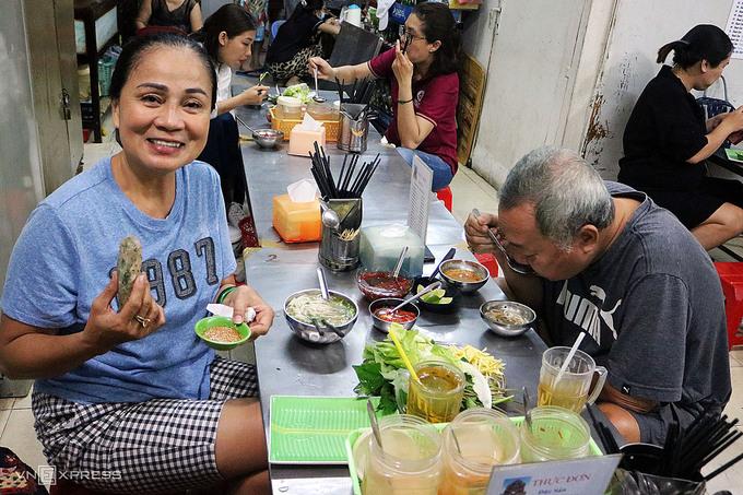 Vợ chồng cô Từ Ánh Chăm thường từ Bình Thạnh đến quán ở quận 5 để thưởng thức những món ăn hợp vị. Ảnh: Thanh Thu.