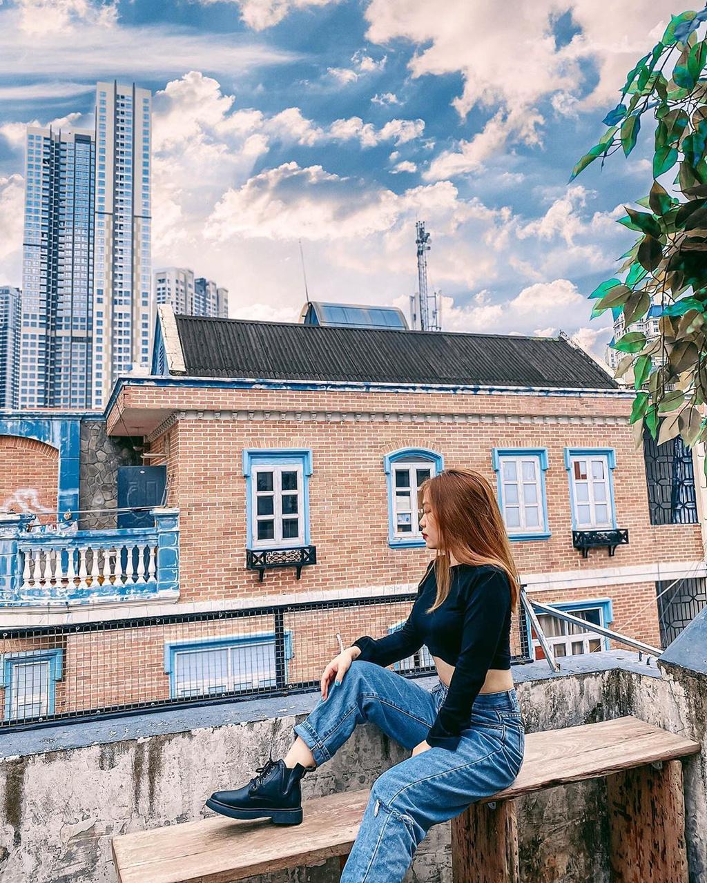 """Nằm trên con đường Nguyễn Hữu Cảnh, 2PM Coffee là địa điểm có view """"bao trọn"""" tòa nhà cao nhất Sài thành, Landmark 81. Dù nằm trên tầng thượng, quán gây ấn tượng với không gian rộng rãi, thoáng mát, được trang trí với nhiều cây xanh. Tại đây, bạn có thể thả dáng với phông nền những tòa cao ốc chọc trời phía sau, ngắm phố phường Sài thành tấp nập bên dưới... Ảnh: Ntnt178, vanhanie93."""
