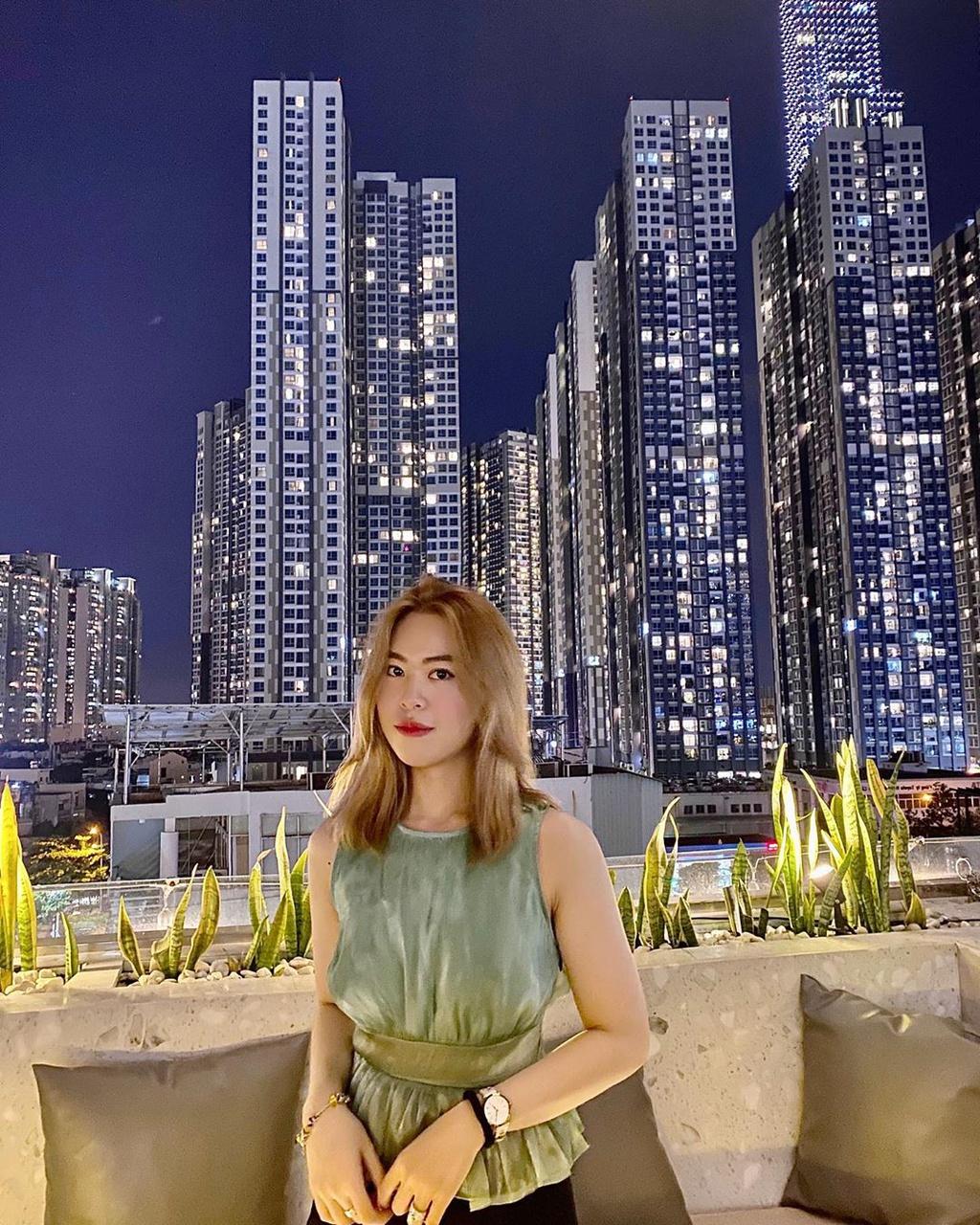 High - Sky Garden & Lounge là quán bar rooftop nằm trên đường Nguyễn Hữu Cảnh, với view nhìn ra biểu tượng Sài thành, Landmark 81. Khi đêm xuống, thành phố lên đèn, những tòa nhà rực sáng, tạo ra background sống ảo chất lừ cho giới trẻ. Bạn nên đặt chỗ trước để có view ưng ý. Các món nước dao động từ 119.000-239.000 đồng. Điểm đánh giá: 8.0/10. Giờ mở cửa: 17h-23h59. Ảnh: Laylaaanguyen.