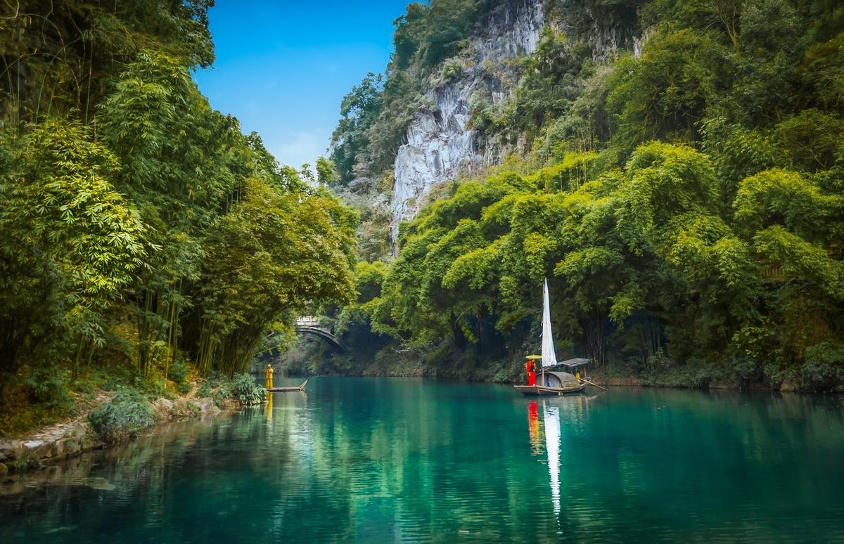 Tam Hiệp được coi là một trong 10 danh thắng nổi tiếng nhất ở Trung Quốc, nằm trên sông Dương Tử (Trường Giang). Trải dài hơn 190 km, Tam Hiệp được tạo nên bởi hạ lưu sông, từ thành phố Trùng Khánh tới thành phố Nghi Xương tỉnh Hồ Bắc.  Đây cũng là nơi xây dựng đập Tam Hiệp, đập thủy điện lớn nhất thế giới có chức năng kiểm soát lũ. Khu thắng cảnh đập mở cửa năm 1997, bao gồm điểm ngắm cảnh và vườn tưởng niệm. Từ đài quan sát, du khách có thể ngắm toàn cảnh công trình đồ sộ và đền Hoàng Lăng, tòa nhà cổ lớn nhất trong khu vực. Ảnh: Hugo Mauricio Lopez V/Shutterstock.