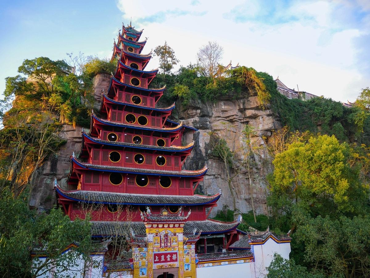 Nằm ở bờ sông phía bắc của sông Dương Tử, cách thành phố Trùng Khánh 190 km, chùa Thạch Bão Trại được xem là một viên ngọc quí của những kiến trúc xưa cũ. Ngôi chùa nằm cheo leo thẳng đứng trên một tảng đá cao khoảng 40 m. Chùa gồm 12 tầng, đứng vững trên vách đá mà không dùng đinh đóng cột, kèo. Mỗi tầng lầu của chùa này có thờ những tướng lãnh nổi tiếng của thời Tam Quốc.  Để bảo vệ chùa khỏi mực nước dâng cao, từ năm 2005, chính phủ xây một con đê dài 800 m và cao 50 m quanh chùa. Đỉnh đê có một lối đi bộ cho du khách. Chùa được mở cửa đón khách năm 2009. Ảnh: Numage/Shutterstock.