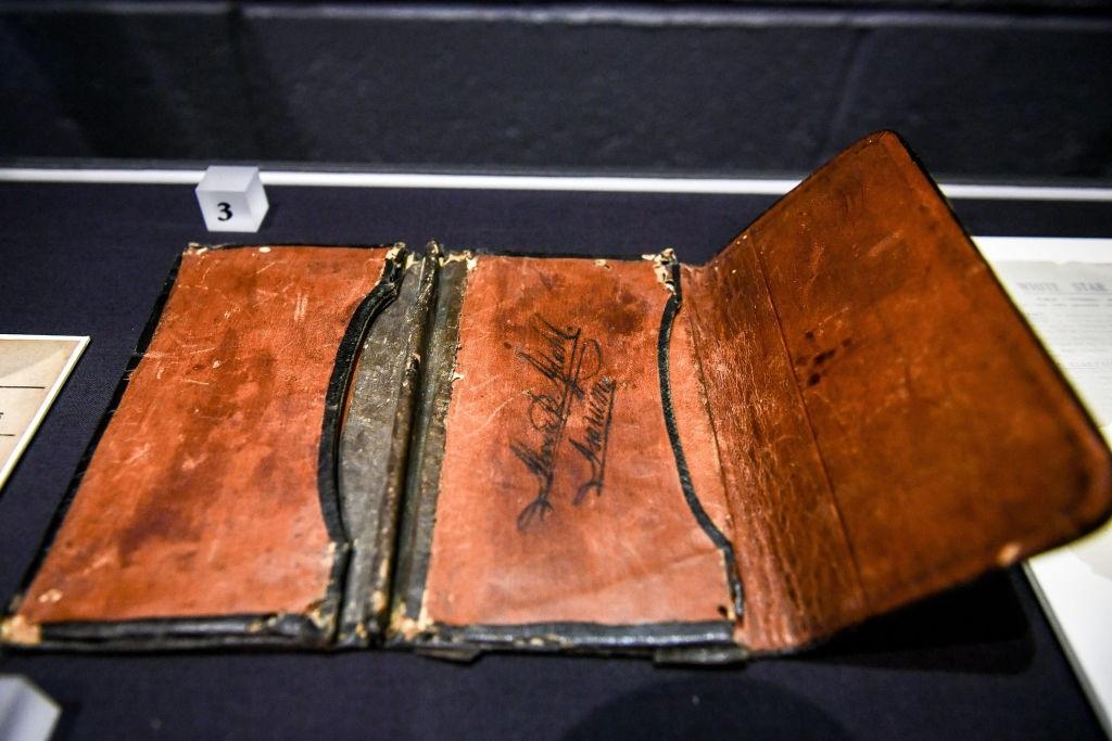 Chiếc ví da thuộc về Mauritz Adahl, một nạn nhân trong vụ đắm tàu Titanic. Ông là khách ở khoang hạng 3. Chiếc ví được tìm thấy bên trong thi thể của Adahl và trả lại cho gia đình. Ảnh: Ben Birchall/PA Images via Getty Images.