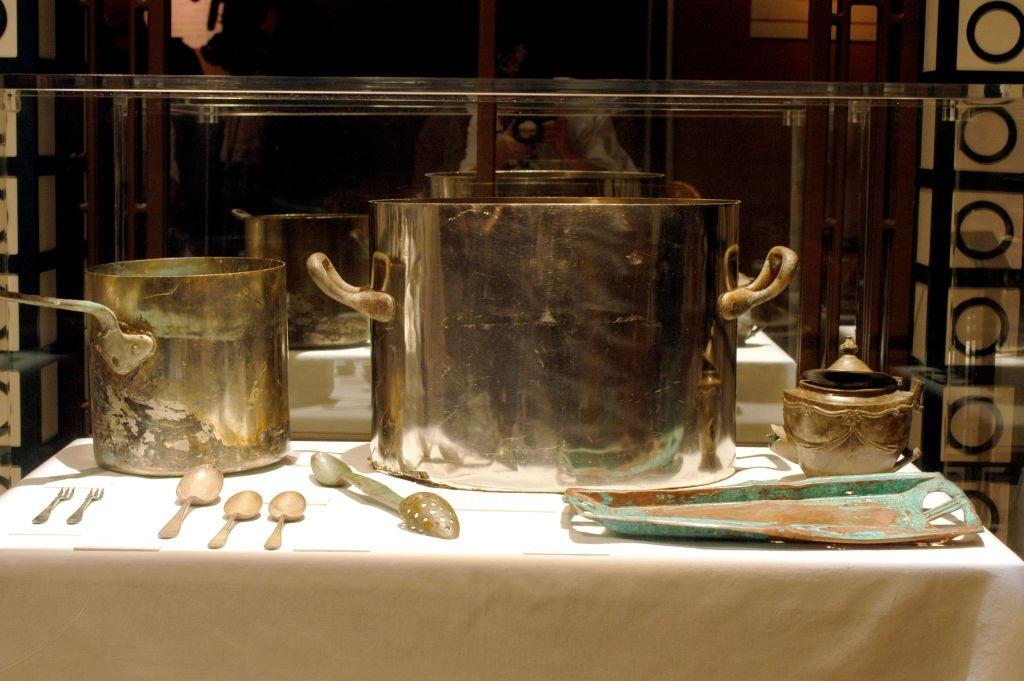 Những dụng cụ làm bếp được trục vớt từ con tàu xấu số. Đây là một trong số ít các đồ vật tại buổi triển lãm diễn ra ở Los Angeles (Mỹ) vào 9/2/2003. Ảnh: Michel Boutefeu/Getty Images.