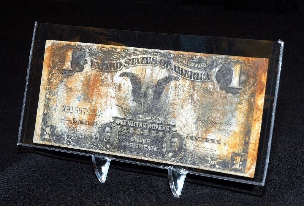 """Đồng 1 USD in hình cố Tổng thống Abraham Lincoln tại triển lãm """"Cổ vật Titanic"""" tổ chức vào tháng 10/2002 tại Los Angeles (Mỹ). Ảnh: Michel Boutefeu/Getty Images."""
