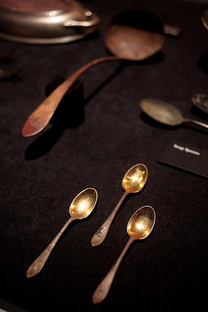 Những chiếc thìa vàng (bên trái) chỉ được sử dụng cho các hành khách ở toa hạng nhất. Đây là cổ vật được đem trưng bày tại cuộc triển lãm ở London (Anh) tháng 11/2010. Bên phải là chiếc dao cạo râu từ một thương hiệu nổi tiếng xuất hiện trong buổi trưng bày tại Mỹ vào tháng 9/2003. Ảnh: Oli Scarff và Michel Boutefeu/Getty Images.
