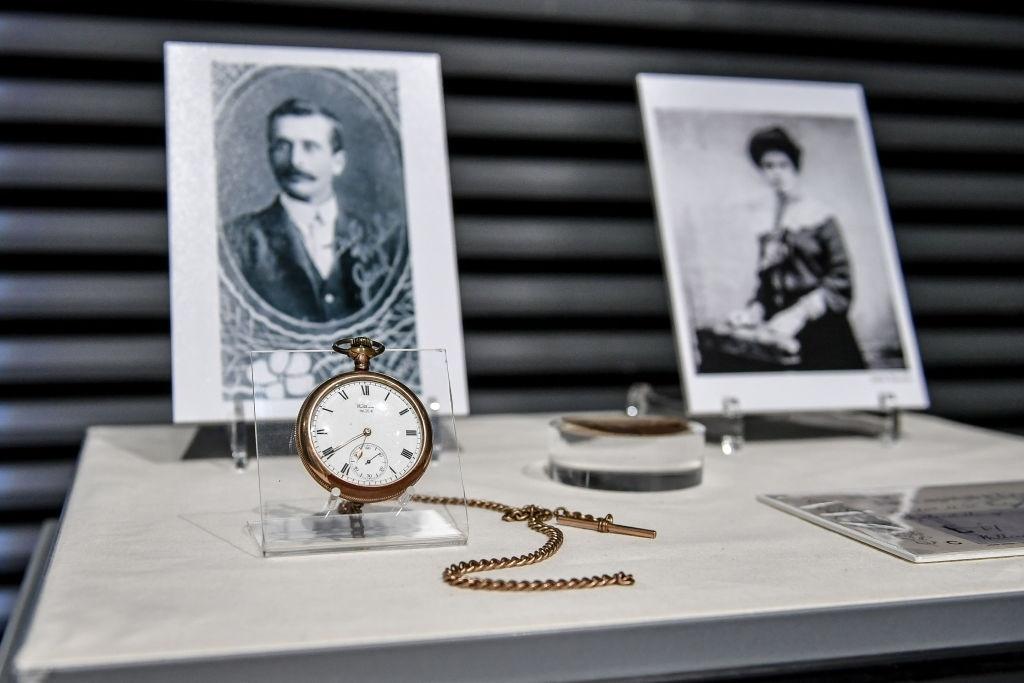 Chiếc đồng hồ quả quýt còn khá mới thuộc về ông John Chapman, một trong số hơn 1.500 nạn nhân tử vong trong vụ chìm tàu. Vợ ông John, bà Sarah, đã từ chối lên tàu cứu hộ và chọn được chết bên chồng vào đêm định mệnh. Ảnh: Ben Birchall/PA Images via Getty Images.