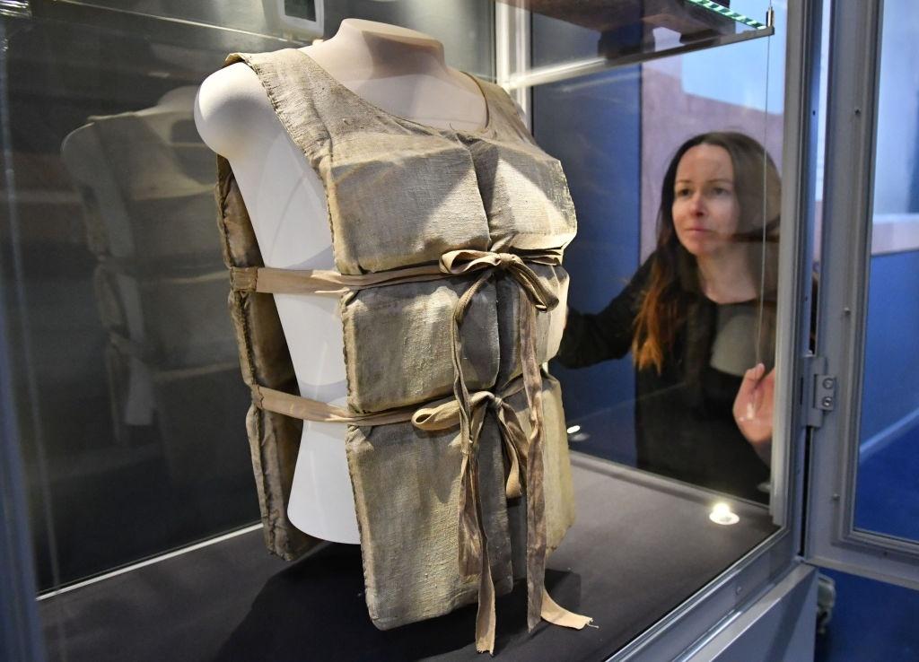 Chiếc áo phao được sử dụng để cứu hộ trong thảm họa tàu Titanic. Ảnh: Ben Birchall/PA Images via Getty Images.