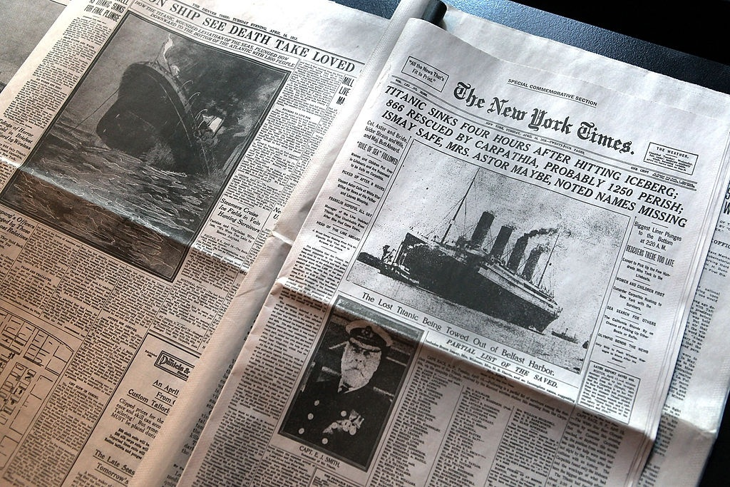 """Trang nhất của New York Times số ra ngày 15/4/1912 kể về chi tiết vụ đắm tàu Titanic. Tờ báo này được trưng bày trong cuộc triển lãm """"100 năm Titanic: Huyền thoại và Bí ẩn"""" tại New York (Mỹ). Ảnh: John Moore/Getty Images."""