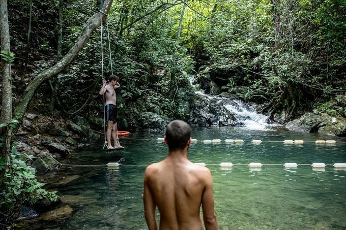 Cây viết Patrick Scott miêu tả, vườn quốc gia Phong Nha nằm ở khu vực hẹp nhất của Việt Nam, giữa Lào và biển Đông. Nơi đây có cảnh quan quyến rũ, gần như thời tiền sử với các thung lũng được tạo nên do nước chảy qua hàng triệu năm.