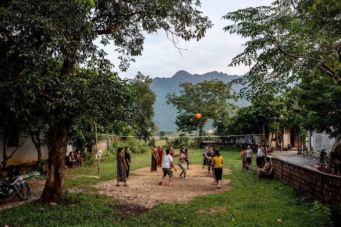 Patrick Scott quan sát tỉ mỉ đời sống thường ngày của người dân Phong Nha như những bóng chuyền trong khu dân cư. Phóng viên The New York Times cho rằng, du lịch đã không làm đô thị hóa cuộc sống ở đây như Sapa, vịnh Hạ Long hay các bãi biển ở Nha Trang.