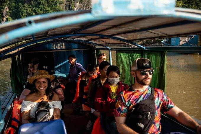 Phong Nha cách thành phố biển Đồng Hới khoảng 50 phút lái xe. Sân bay Đồng Hới có nhiều chuyến Thành phố Hồ Chí Minh và Hà Nội đến mỗi ngày. Patrick Scott khuyên du khách hãy trải nghiệm hành trình đến động Phong Nha hoặc Hang Thiên Đường bằng thuyền.