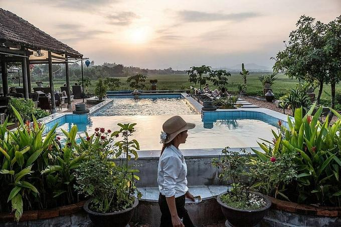 Nếu muốn nghỉ dưỡng, du khách có thể chọn các khách sạn sang trọng, với bể bơi và dịch vụ chèo thuyền kayak. Trong thị trấn cũng có các nhà hàng đặc sản địa phương, quán cà phê phong cách châu Âu.