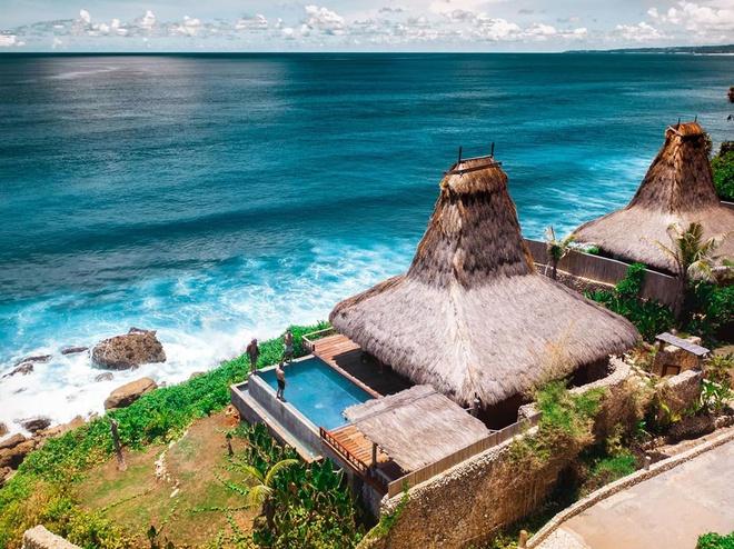 """Đảo Sumba (Indonesia) nằm trong quần đảo Nusa Tenggara, chỉ cách Bali khoảng một giờ đồng hồ bay. Trips to Discover nhận xét: """"Một nơi đẹp mê hồn và ám ảnh, các bãi biển cát trắng hoang sơ cùng những con sóng xanh rì thu hút những người lướt sóng, lặn biển. Ngoài ra, văn hóa làng truyền thống được bảo tồn tốt có thể được trải nghiệm ở Tây Sumba, nơi những ngôi nhà truyền thống được tập trung trên đỉnh đồi bao quanh những ngôi mộ đá rộng lớn của tổ tiên"""". Ảnh: Wowtravels_official."""