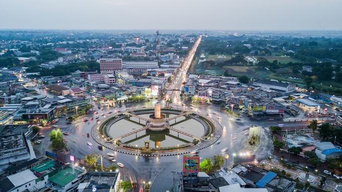 Cách Bangkok khoảng 150 km về phía Bắc, Lopburi là điểm đến khá hay dành cho du khách lên đi Chiang Mai từ thủ đô Thái Lan bằng đường bộ, tàu lửa. Bên cạnh giá trị lịch sử, văn hóa thì hàng nghìn con khỉ đang sinh sống chung với người dân ở khắp thành phố chính là một trong những điều thu hút khách du lịch.