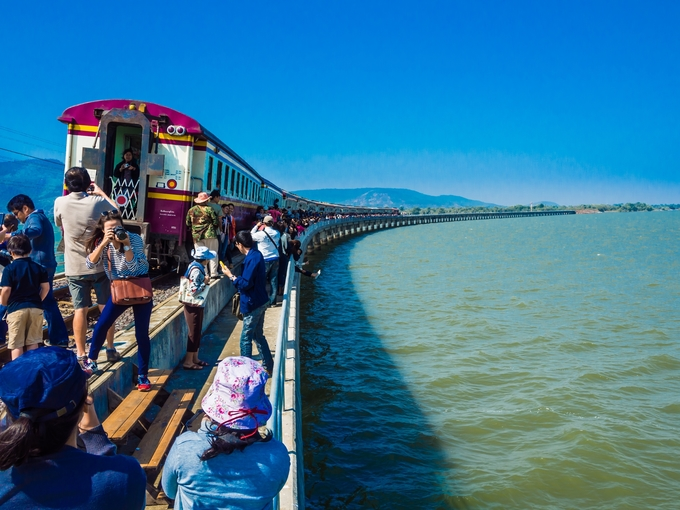Điều thú vị khi đi tàu vào thời điểm từ tháng 11 đến tháng 1 năm sau là du khách có cơ hội tham quan đập Pasak Chonlasit - hồ chứa nước lớn nhất miền Trung Thái Lan - trên chuyến tàu đặc biệt. Mỗi ngày, tàu rời Bangkok lúc 7h10, dừng tại nhiều điểm trước khi đến đập. Du khách ra khỏi xe lửa, chụp hình, ngắm cảnh trên đập. Sau đó bạn có thể vào thành phố vui chơi trước khi trở về trên chuyến 15h30, hay chọn chuyến lúc 18h30 là gợi ý không tồi, vừa đủ thời gian ngắm hoàng hôn trên đập.