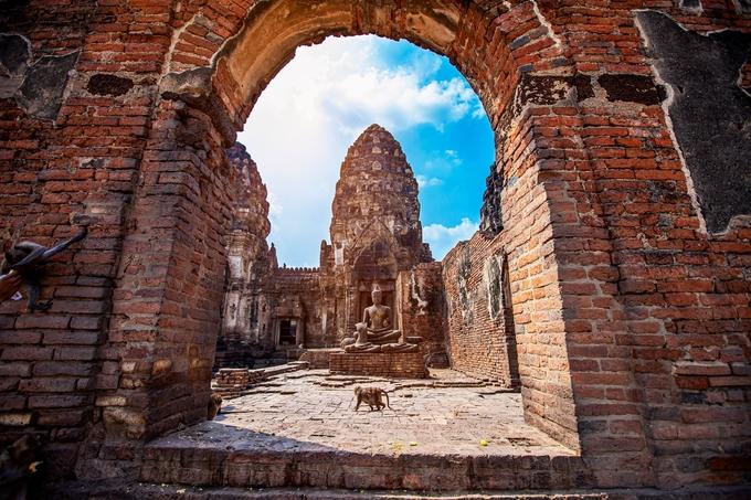 Prang Sam Yot là điểm đến không thể bỏ lỡ trên bản đồ du lịch Lopburi. Ngôi đền đã hơn 800 năm tuổi, được xem là kiến trúc tôn giáo lâu đời nhất ở đây, xây dựng từ khi thành phố chịu sự kiểm soát của đế quốc Khmer. Đền gồm 3 tháp chính theo phong cách cổ điển của kiến trúc Khmer, tháp ở giữa cao nhất, hai bên thấp hơn. Khung cảnh thường gặp ở đền là từng bầy khỉ tự do đi lại, làm thân và chơi với du khách.