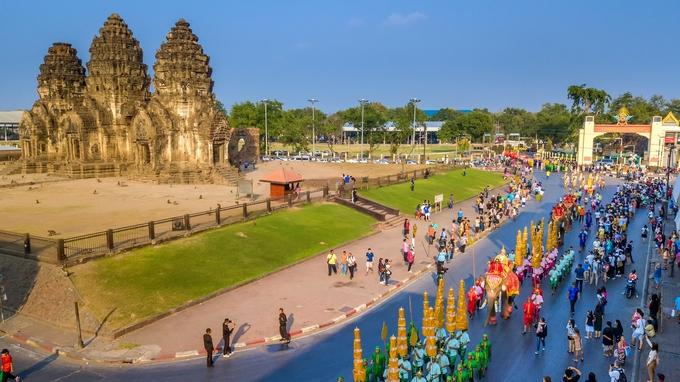Tháng 2 hàng năm là mùa du lịch cao điểm ở Lopburi, nhất là ngay lúc diễn ra lễ hội tôn vinh vua Narai (hay Ramathibodi III) - vị vua thứ 27 của vương quốc Ayutthaya. Lễ hội diễn ra khoảng 8-10 ngày tùy năm. Từng đoàn người mặc trang phục truyền thống đầy màu sắc, cưỡi voi, ngựa diễu hành khắp thành phố, thực hiện các nghi lễ hoàng gia, biểu diễn nghệ thuật dân gian...