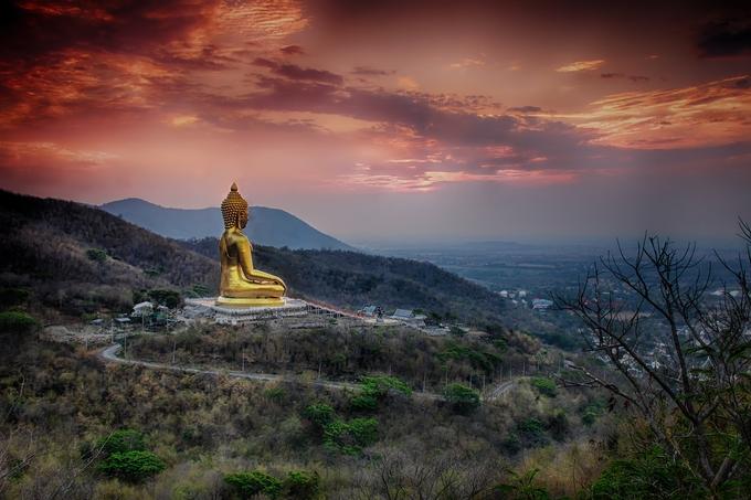 Đền Wat Khao Wong Prachan gây ấn tượng với du khách bởi bức tượng Phật màu vàng cao hơn 72 m, tương đương tòa nhà 24 tầng, tọa lạc trên đỉnh núi cao hơn 650 m so với mực nước biển. Để lên đến nơi đặt bức tượng, bạn phải leo lên 3.790 bậc thang, từ đây chiêm ngưỡng bức tượng lẫn toàn cảnh Lopburi bên dưới.