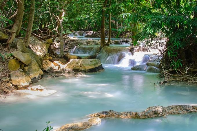 Suối Namtok Wang Kan Lueang Aboretum nổi tiếng với vẻ đẹp tựa cảnh tiên. Dòng suối nước ngầm tự nhiên không bao giờ cạn bất kể vào mùa mưa hay mùa khô, khiến nó trở thành điểm đến lý tưởng vào mùa hè. Đến đây, du khách tận hưởng dòng nước mát lạnh, ngắm cảnh rừng.