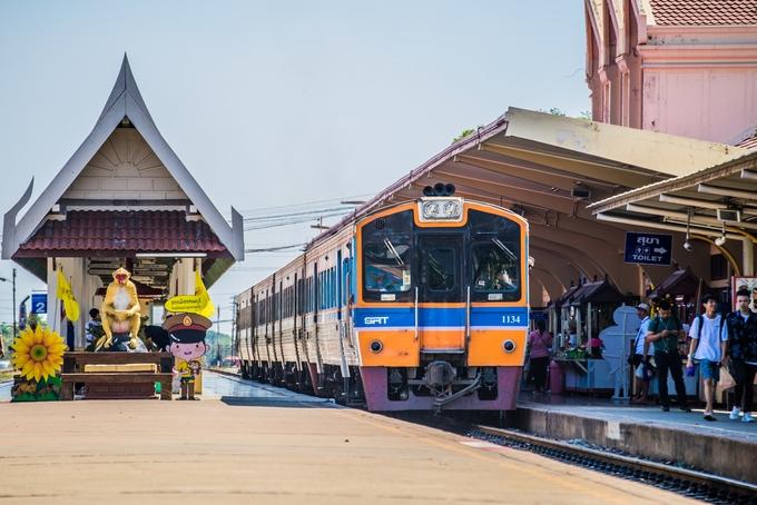 Bạn có thể tới Lopburi bằng cách thuê xe riêng, xe buýt hay đi tàu. Đường sắt quốc gia Thái Lan khai thác 5 chuyến/ngày, khởi hành từ ga Bang Sue Junction, Bangkok đến Lopburi. Giá vé từ 2 đến 35 USD/chiều/người (khoảng 46.000-805.000 đồng) tùy hạng ghế.