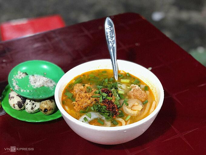 Tô bánh canh cua nóng hổi, ăn trong tiết trời của mùa hè xứ Huế sẽ toát hết mồ hôi mà vẫn níu chân biết bao du khách. Ảnh: Ngân Dương.
