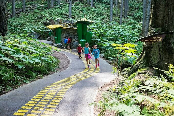 Trẻ em nô đùa khám phá khu rừng mê hoặc. Ảnh: Enchantedforest.