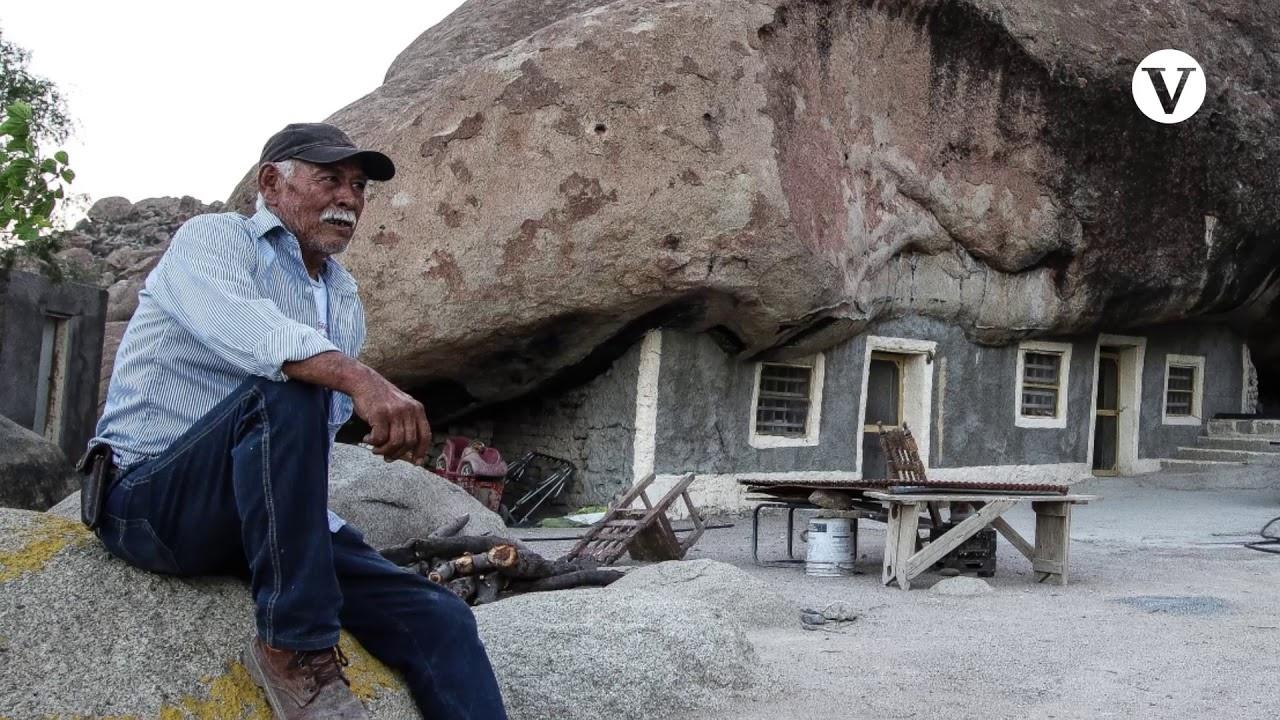 Ông Don Benito Hernandez và căn nhà dưới tảng đá 850 tấn. (Ảnh: )