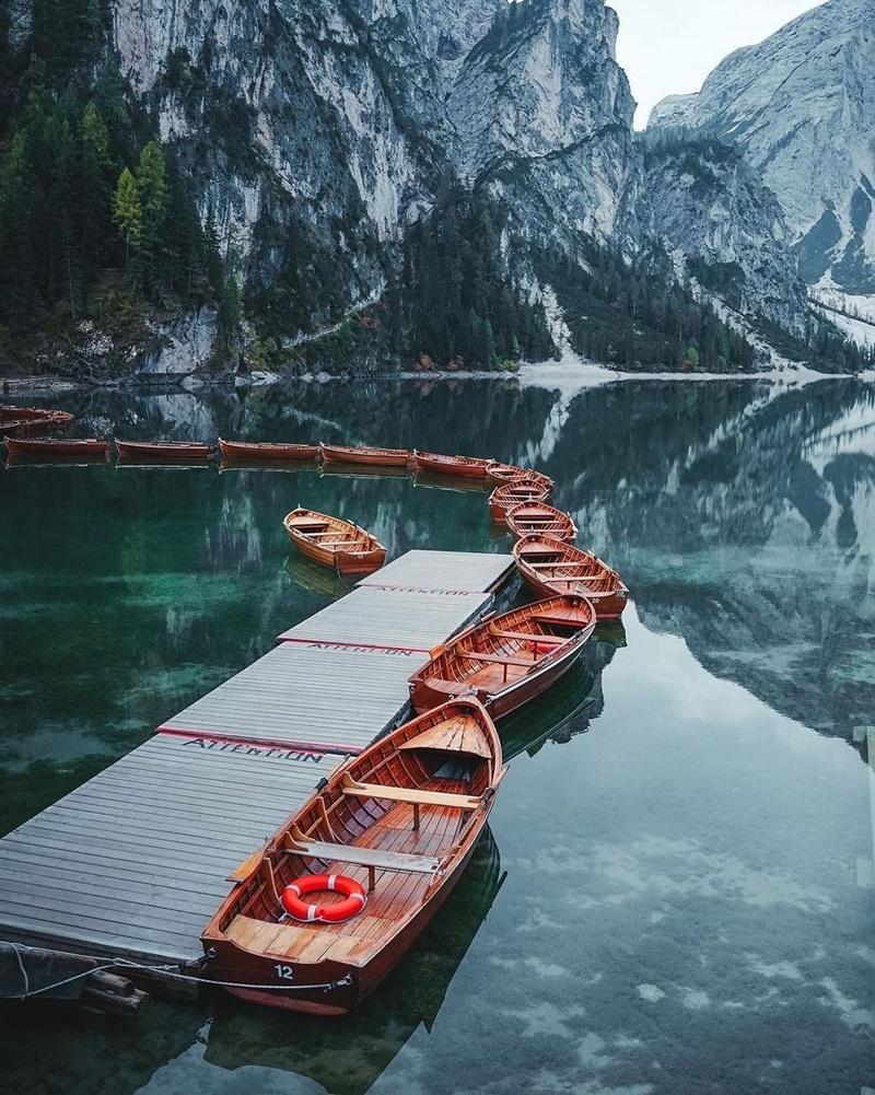 man-nhan-voi-lan-nuoc-trong-veo-tai-ho-Prags-vien-ngoc-quy-cua-day-Alps-ivivu-0