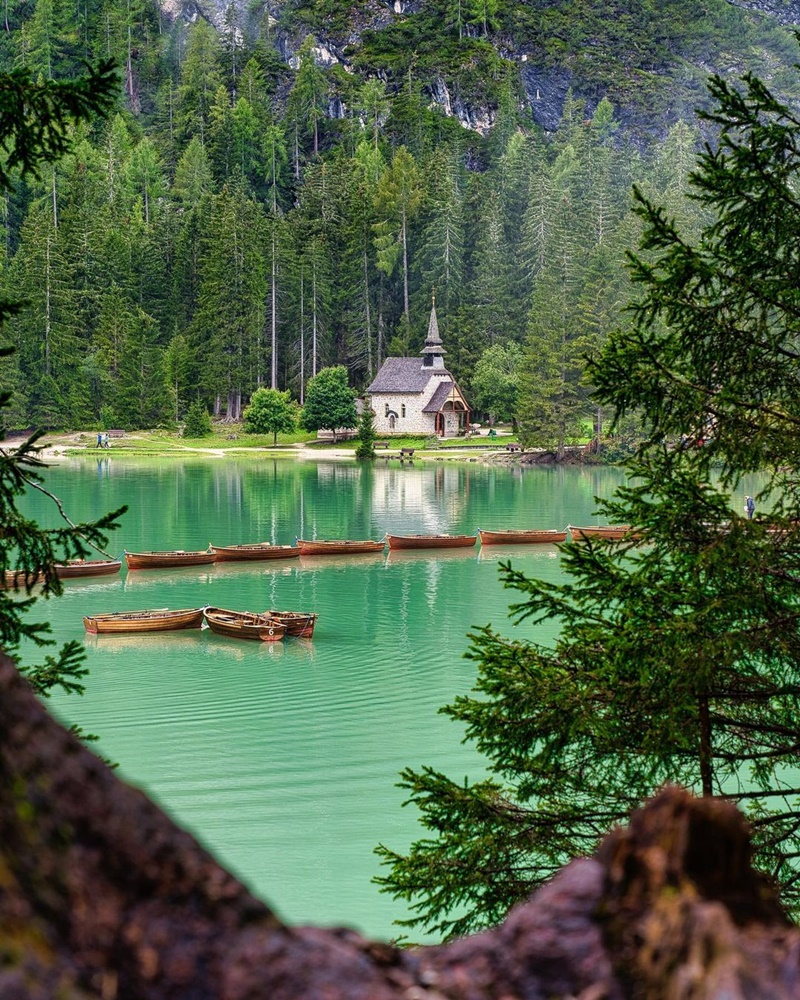 man-nhan-voi-lan-nuoc-trong-veo-tai-ho-Prags-vien-ngoc-quy-cua-day-Alps-ivivu-4
