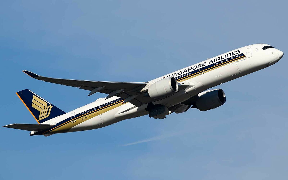 Singapore Airlines Airbus A350-900 climbing out of runway 27